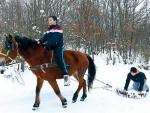 РОДИЛИ СЕ ТАКВИ: Двојица дечака из Љубања код Ужица дрвеном возом чисте путеве од снега