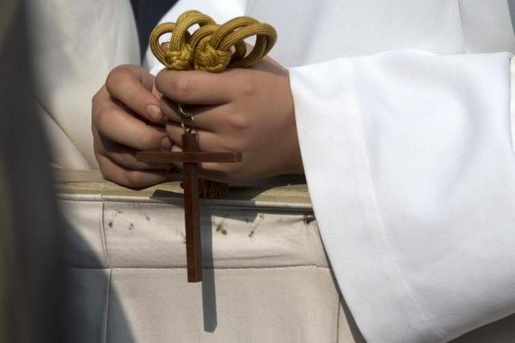 katolicka-crkva-svestenik