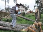 НЕВРЕМЕ У СРБИЈИ: Олујни ветар носи кровове, чупа дрвеће