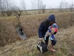 ОГОРЧЕНИ И ГЛАДНИ: Албанаци који преко Србије беже у Европу: Косово нас не занима