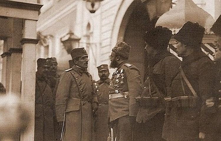 Принц Александар Карађорђевић са руским официрима и војницима