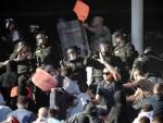 ДЕРБИ ПОЧЕО ТУЧОМ: На стадиону повређено 33 жандарма и неколико навијача