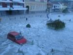 НЕЗАПАМЋЕНО НЕВРЕМЕ: Град разбијао прозоре и излоге у Голупцу, колона возила под водом