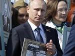 БЕСМРТНИ ПУК: Путин са сликом оца у рукама предводио марш 250.000 Руса