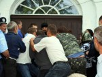 УЗ САГЛАСНОСТ ЛОКАЛНИХ ВЛАСТИ: Националисти у Украјини силом заузели 23 православне цркве Московске патријаршије