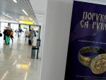 """СЈАЈ И МОЋ СРЕДЊЕВЈЕКОВНЕ СРБИЈЕ: Изложба Народног музеја """"Поруке са руке"""" на аеродрому"""