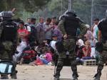 НЕ КОРИСТИТЕ ПРЕЛАЗ ЂЕВЂЕЛИЈА: Стање са мигрантима напето, полиција испалила сузавац