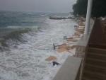 ПОСЛЕ ВРУЋИНА ОЛУЈА: На црногорском приморју вјетар носи све пред собом