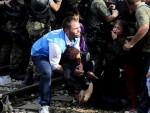 ПРОБОЈ: Драматични призори из Македоније: Хиљаду миграната у налету на кордон, има повређених