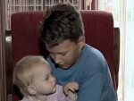 ПАР СЕКУНДИ КАСНИЈЕ ВОЗИЛО СЕ ПРЕТВОРИЛО У БУКТИЊУ: Мали херој спасио сестру из смрсканог аутомобила