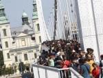 ПРОБИЛИ БАРИКАДУ: Избеглице иду пешке за Беч