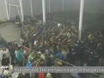 СНИМАК: У Мађарској хране избјеглице као животиње, полиција покренула истрагу