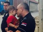 СЛИКА КОЈУ ЈЕ ВИДЕО СВЕТ: Ко је полицајац који грли сиријског дечака?