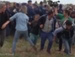 САПЛЕЛА ЧОВЕКА КОЈИ ЈЕ НОСИО ДЕТЕ У НАРУЧЈУ: Сраман поступак мађарске сниматељке