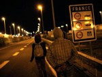 ФРАНЦУСКА: Мигранти пробили терминал, обустављен саобраћај испод Ламанша