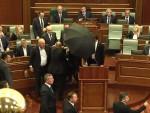 """КАКВА """"ДРЖАВА"""" ТАКВА СКУПШТИНА: Хаос у Скупштини Косова, бачен сузавац, има и повређених"""