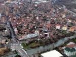 БАЧЕНА БОМБА: Експлозија у Косовској Митровици, оштећени путнички аутомобили