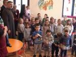 КОЗАРСКА ДУБИЦА: Дјеци из социјално-угрожених породица подијељени пакетићи