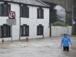 БРИТАНИJА: Стотине људи напустиле домове због поплава