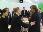 ПОСЕБНО ПОЗДРАВИО КУСТУРИЦУ: Путин посетио изложбу поводом јубилеја РТ