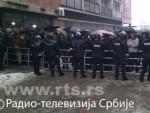 НИ НА БАДЊИ ДАН НЕМАЈУ МИРА: Албанци испред цркве у Ђаковици, полиција штити прилазе