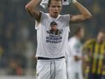 СВЕ ШТО ЈЕ ХТЕО ДА КАЖЕ: Фудбалер Локомотиве у Истанбулу показао мајицу са ликом Путина