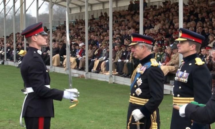 Исмаил Хоџа, припадник Безбедносних снага Косова, на школовању у Краљевској академији Велике Британије, од принца Чарлса добио краљевски мач 2015.године