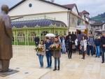 АНДРИЋГРАД: Цвијеће на споменик српском нобеловцу