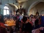 ПРИЧЕШЋИВАЛО СЕ ИЗ ТРИ ПУТИРА: Крстопоклона недеља у руској цркви Свете Тројице у Београду