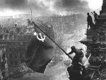 СОВЈЕТСКА ЗАСТАВА НА ЗГРАДИ РАЈХСТАГА: Дан кад је руски војник покорио нацистички Берлин