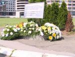БЕОГРАД: Венци и цвеће на месту где је бомбардована кинеска амбасада