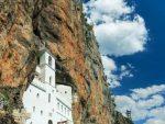 СЛАВА МУ И МИЛОСТ: Хиљаде вјерника испред манастира Острог