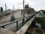 КОСОВСКА МИТРОВИЦА: Уклоњен парк мира, са јужне стране моста Албанци посматрају акцију
