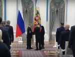 ЦЕЛА САЛА УСТАЛА: Путин уручивао награду родитељима погинулог полицајца