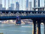 МИРОТВОРАЦ: Застава с Путиновим ликом на мосту на Менхетну