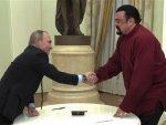 MOСKВA: Путин уручио руски пасош америчком глумцу Стивену Сигалу