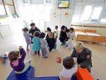 """ОБРАДОВАЛИ ДЕЦУ: """"Кобре"""" донеле пакетиће деци у Звечанској и Тиршовој"""