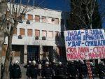 ПОДГОРИЦА: Мандић и Кнежевић чекају хапшење у Парламенту, испред зграде протести