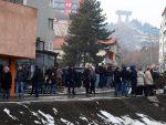ЗАБРАЊАВАЈУЋА СИТУАЦИЈА: Срби на мосту у Митровици, полиција снима