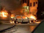 РАТ НА УЛИЦАМА ШВЕДСКЕ – СУКОБ МИГРАНАТА И ПОЛИЦИЈЕ: Горе аутомобили, полиција примењује оружје
