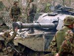 СА ДВА ТЕНКА НА РУСИЈУ: Британска тешка војна техника стиже у Естонију