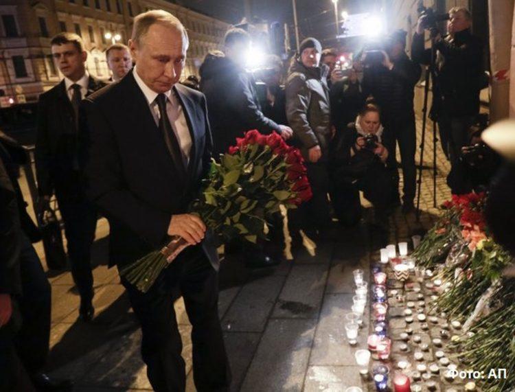 ПУТИН САМО ШТО НИЈЕ ЗАПЛАКАО: Положио цвеће жртвaмa експлозије у метроу