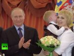 """RT: Путин наградио Орденом """"Родитељске славе"""" очеве и мајке вишечланих породица (Видео)"""