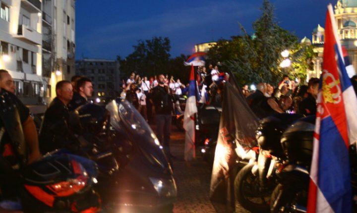 НИЈЕ СРБИЈА МАЛА: Кад моћне машине Ноћних вукова забрује, поздрављајући наше кошаркаше