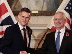 """ЗАБРИНУТИ: Британски и амерички министри одбране разговарали о """"растућем самопоуздању"""" Русије"""