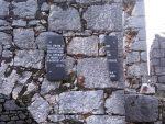 КОТЕЗИ: Поломљена плоча која је подсјећала на убијене Србе