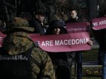 МАКЕДОНИЈА: Демонстранти запалили НАТО заставу испред Собрања