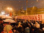 СКОПЉЕ: Хиљаде људи на протестима у Скопљу, запаљена застава Грчке