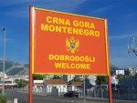 """ГРАНИЦА РС И ЦРНЕ ГОРЕ: Ходочасницима из Невесиња наређено да склоне српску тробојку, црногорски полицајац запретио Србима да ће им показати """"њиховог Бога"""""""