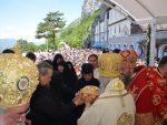 ОСТРОГ: Хиљаде вјерника пред моштима Светог Василија Острошког